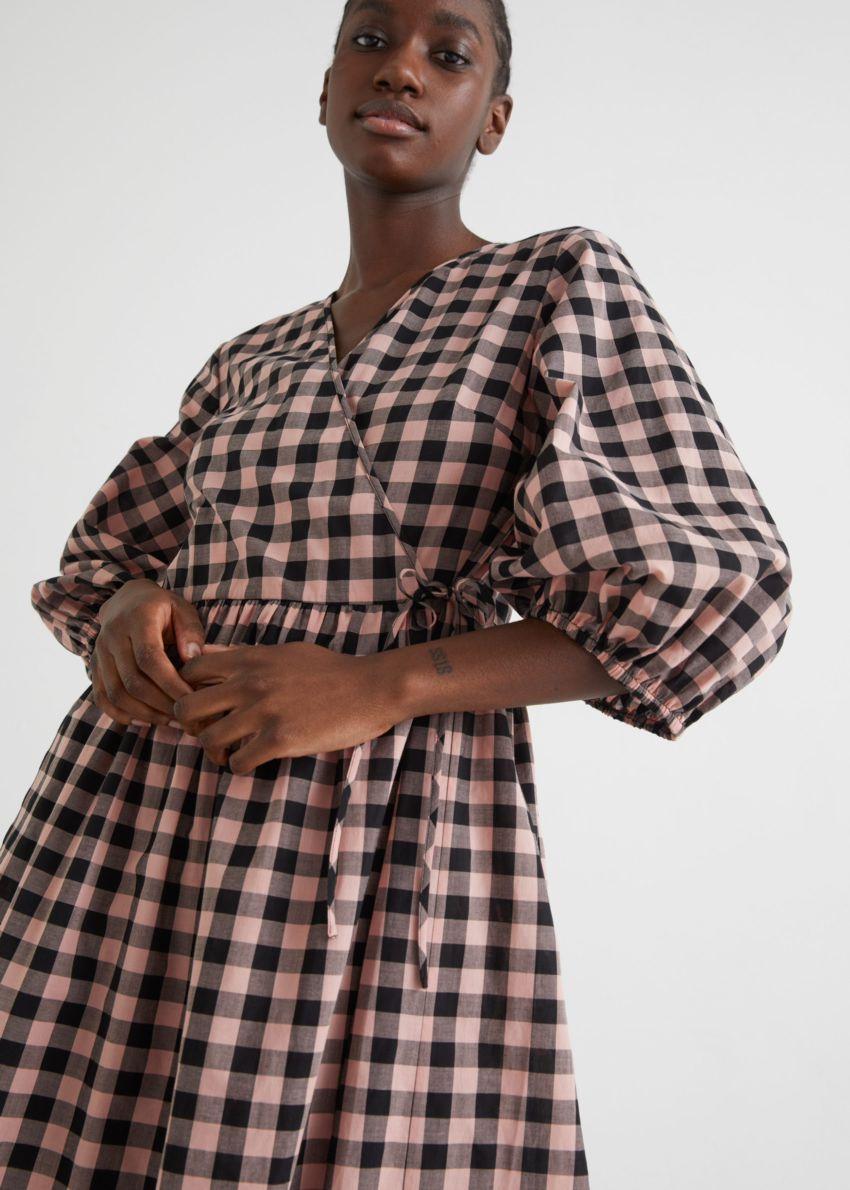 앤아더스토리즈 릴렉스드 체커드 미디 랩 드레스의 블랙/핑크컬러 ECOMLook입니다.