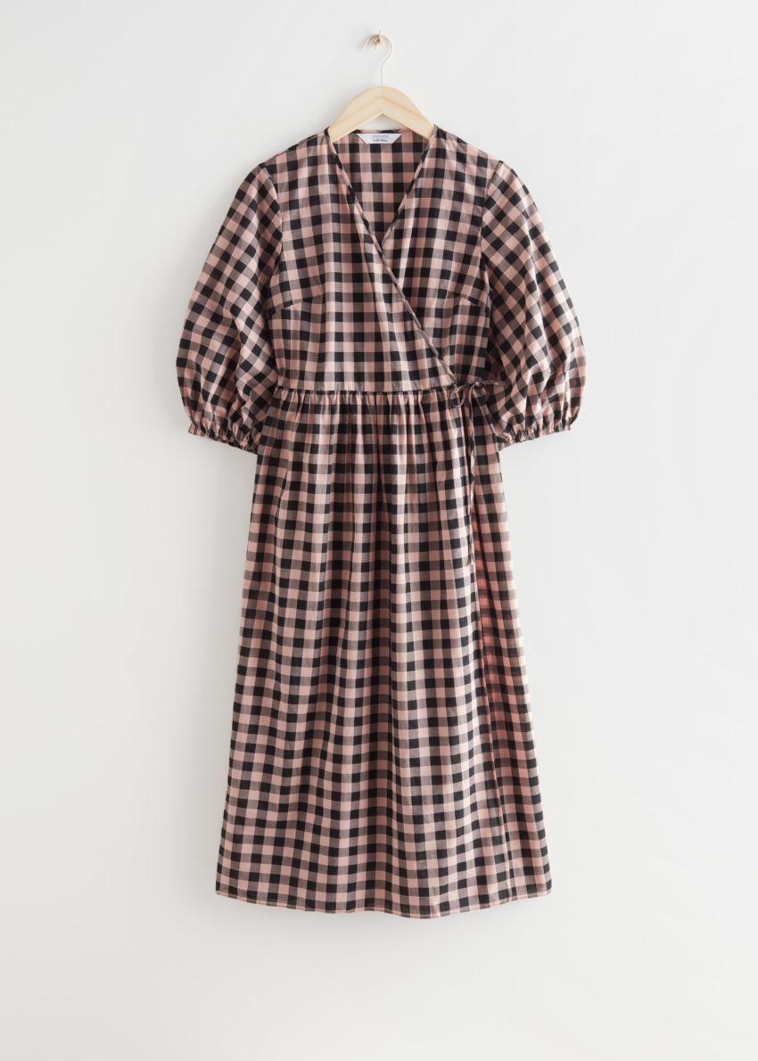 앤아더스토리즈 릴렉스드 체커드 미디 랩 드레스의 블랙/핑크컬러 Product입니다.