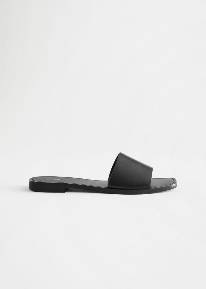 앤아더스토리즈 스퀘어 토 레더 슬라이드 샌들의 블랙컬러 Product입니다.