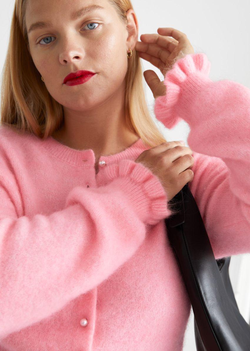 앤아더스토리즈 프릴 커프 니트 가디건의 핑크컬러 ECOMLook입니다.