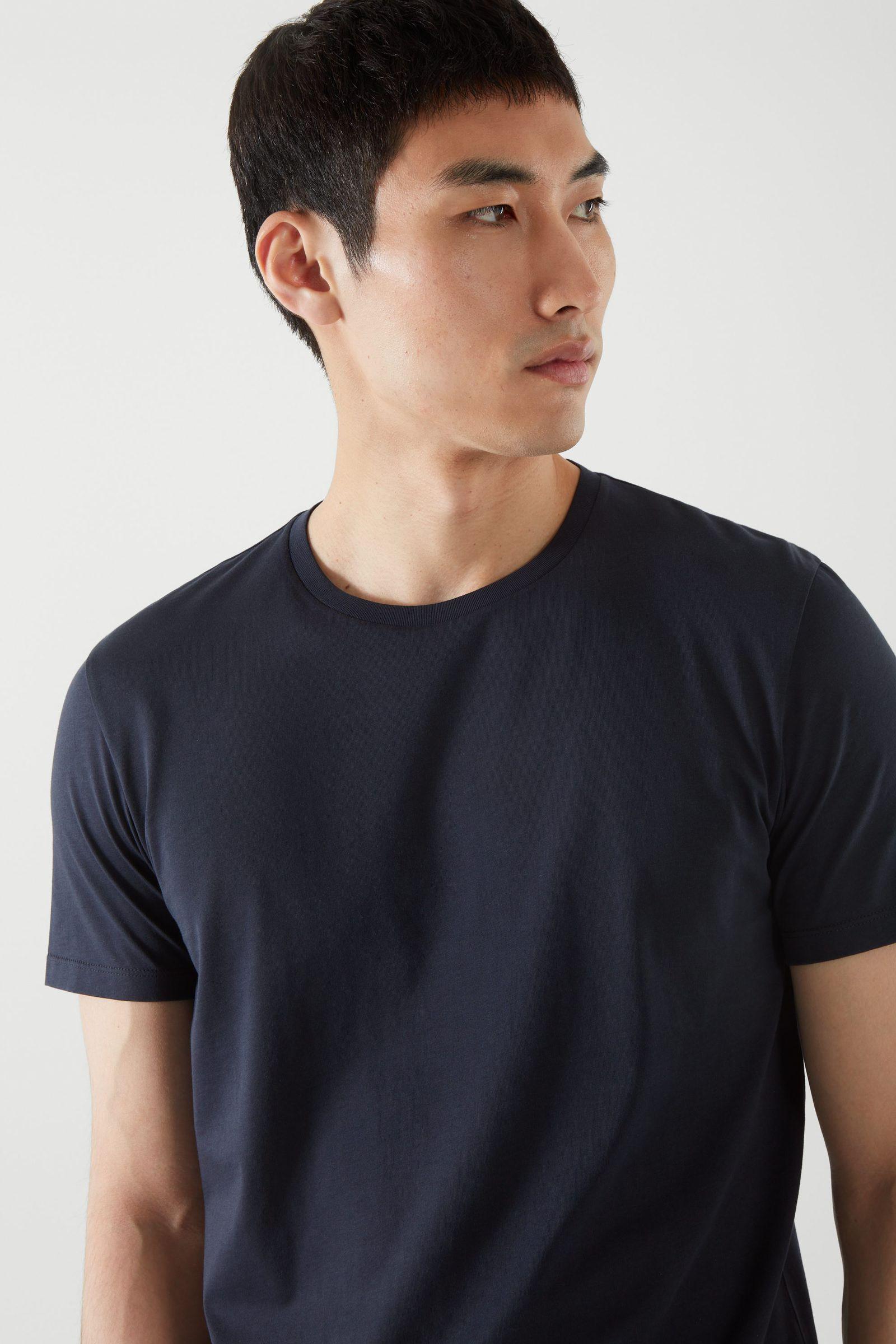 COS 라운드 넥 티셔츠의 미드나이트 블루컬러 ECOMLook입니다.