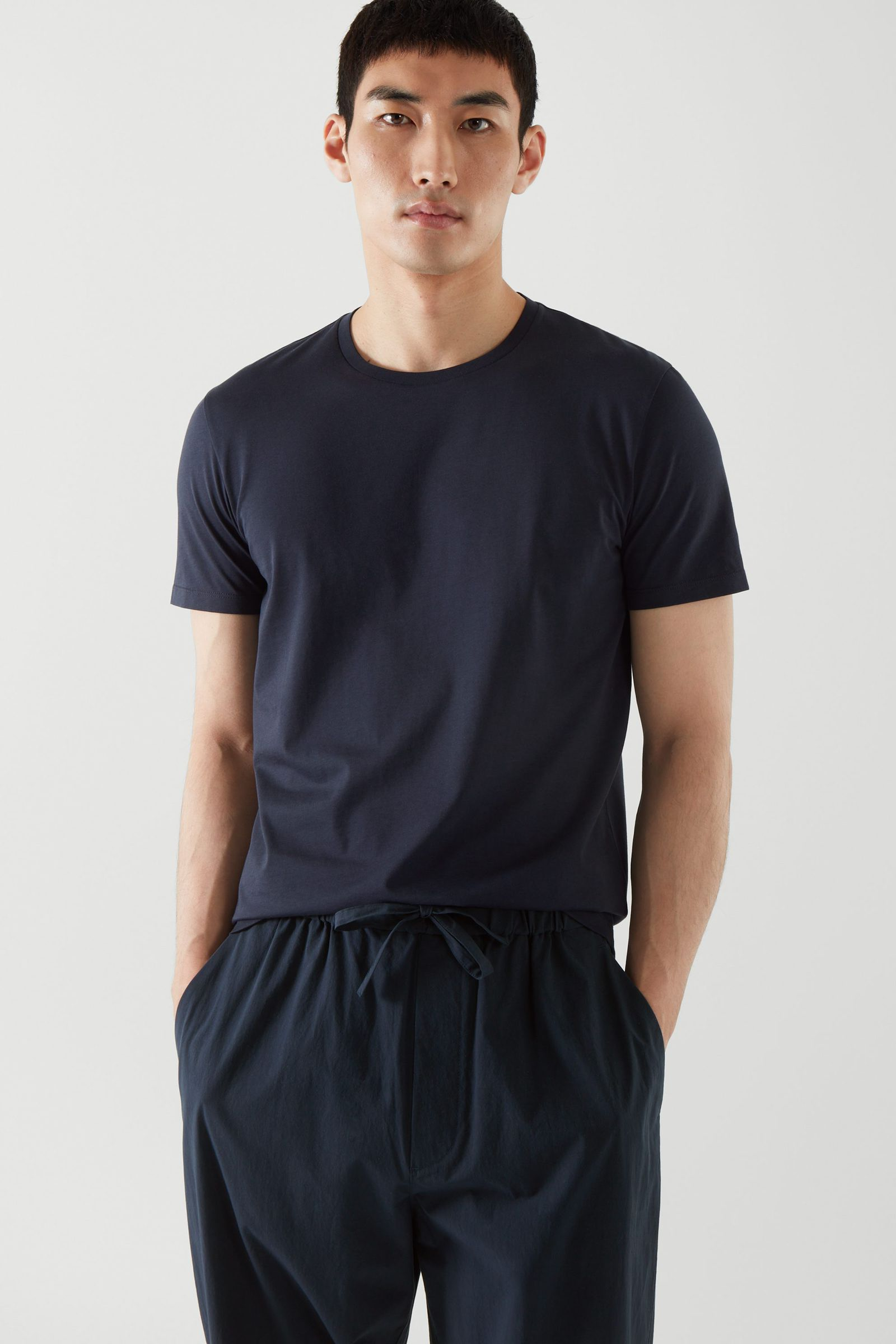 COS 레귤러 핏 티셔츠의 미드나이트 블루컬러 ECOMLook입니다.
