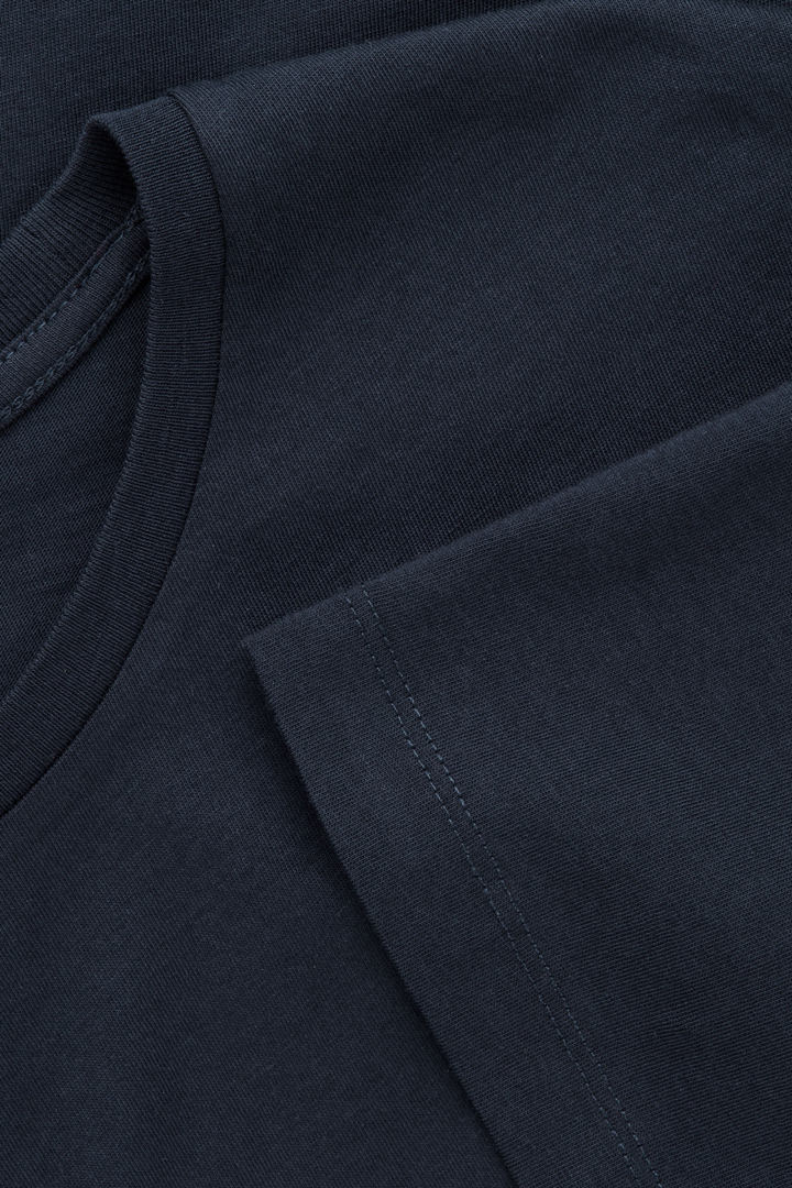 COS 라운드 넥 티셔츠의 미드나이트 블루컬러 Product입니다.