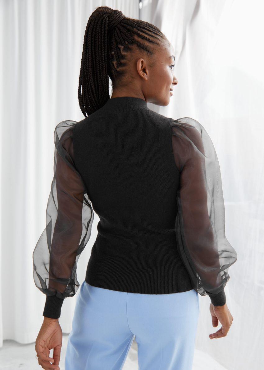 앤아더스토리즈 오간자 슬리브 모크 넥 립 스웨터의 블랙컬러 ECOMLook입니다.