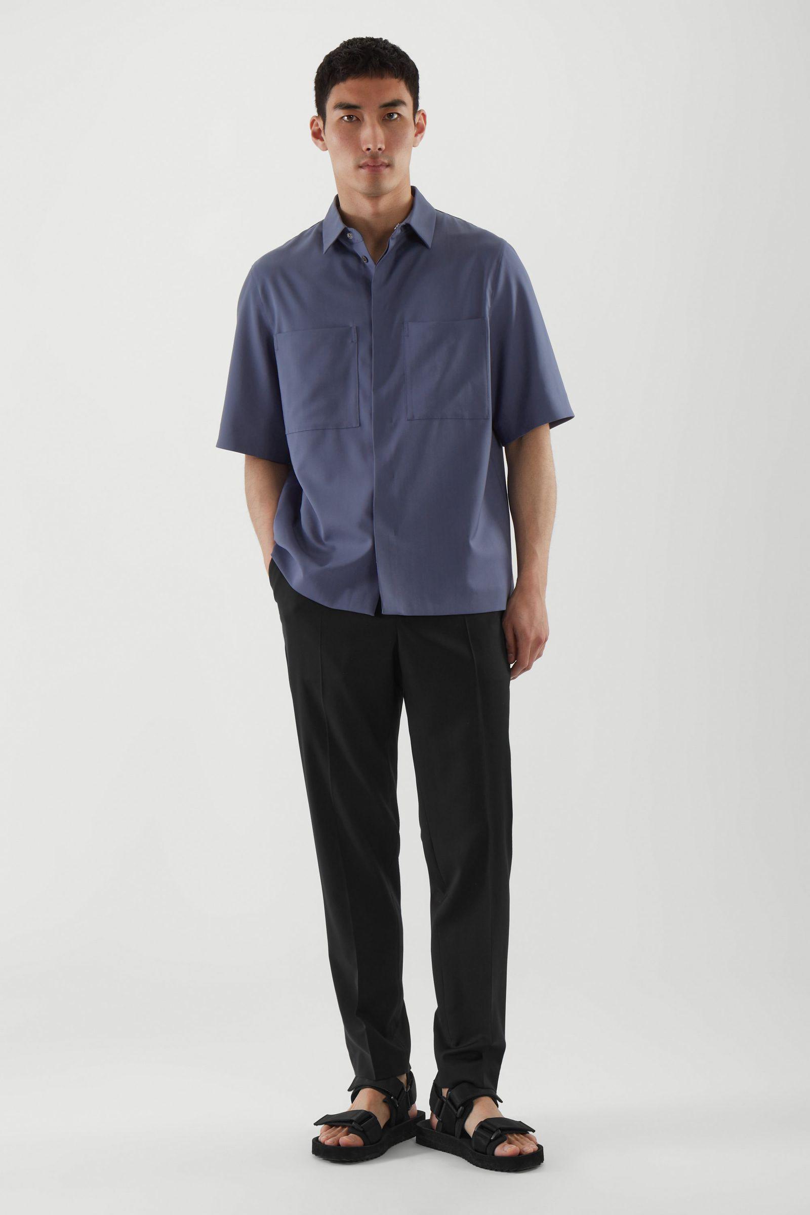 COS 패치 포켓 셔츠의 블루컬러 ECOMLook입니다.
