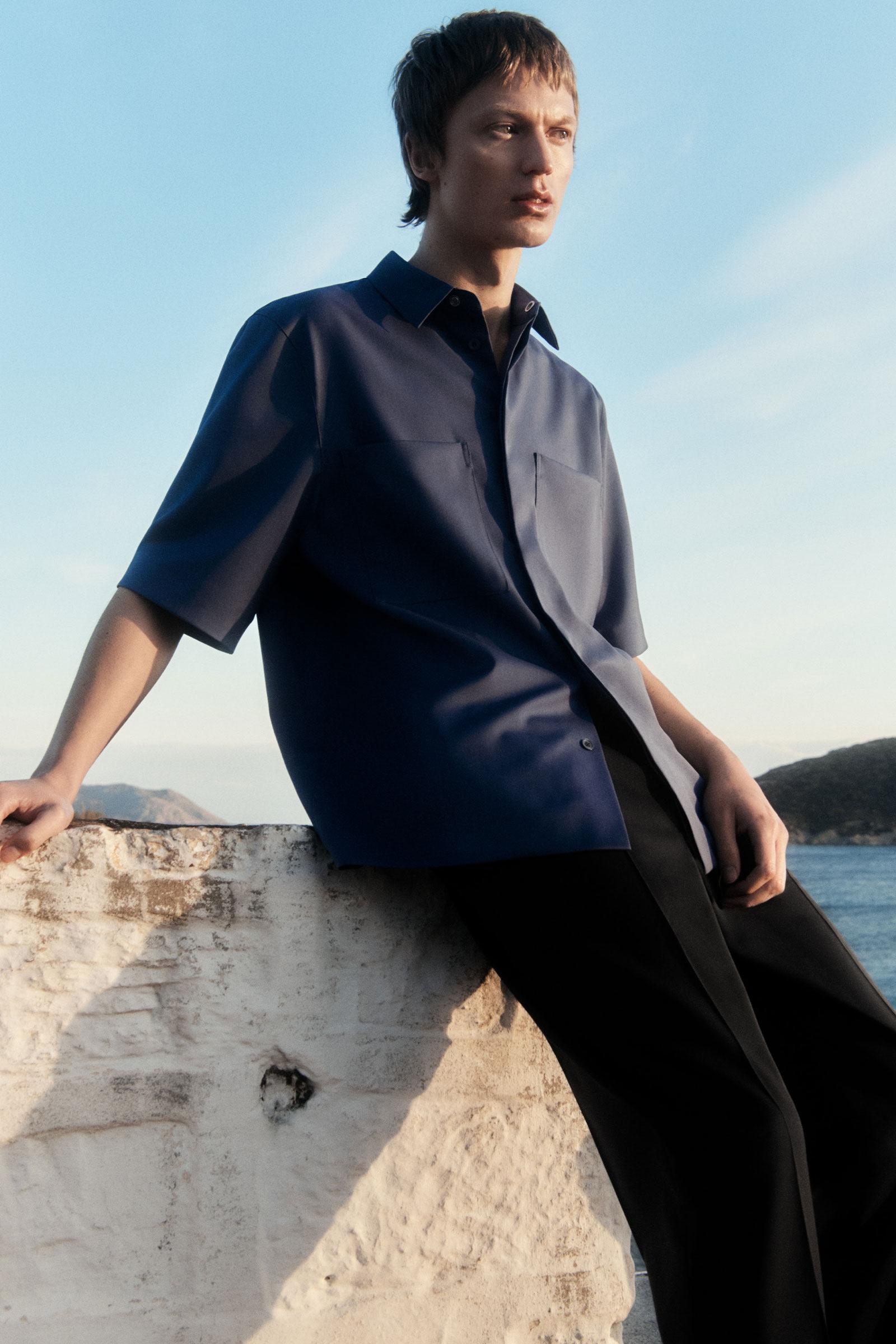 COS 패치 포켓 셔츠의 블루컬러 Environmental입니다.