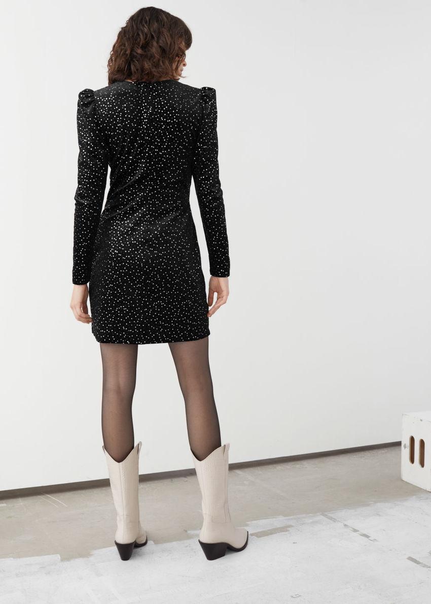 앤아더스토리즈 벨벳 시퀸 미니 드레스의 블랙컬러 ECOMLook입니다.
