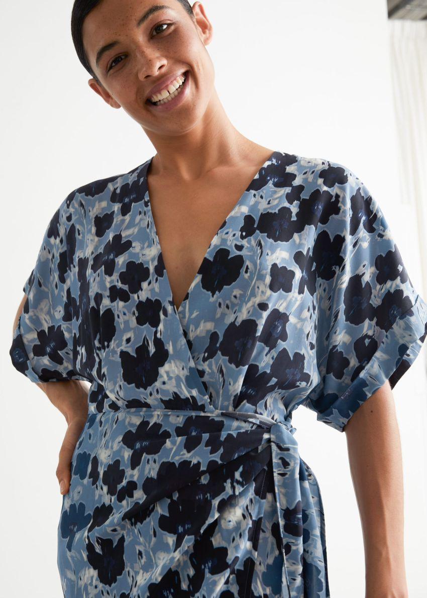 앤아더스토리즈 프린트 미디 랩 드레스의 블루 플로럴컬러 ECOMLook입니다.