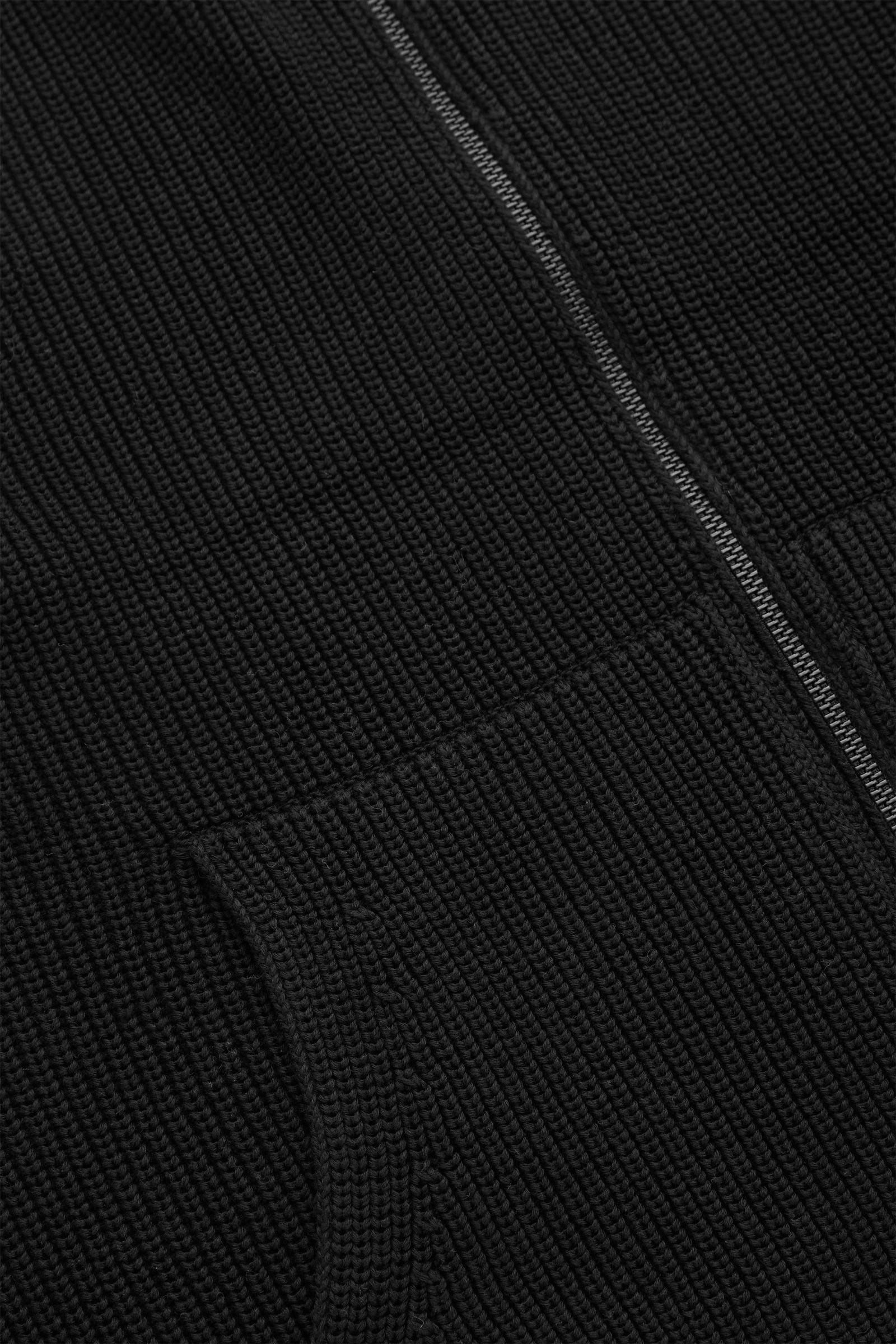 COS 니티드 집업 질레의 블랙컬러 Detail입니다.