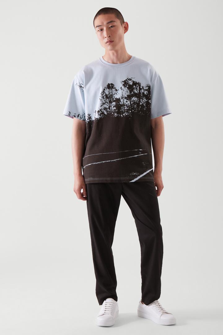 COS 포토 프린트 티셔츠의 라이트 블루컬러 ECOMLook입니다.