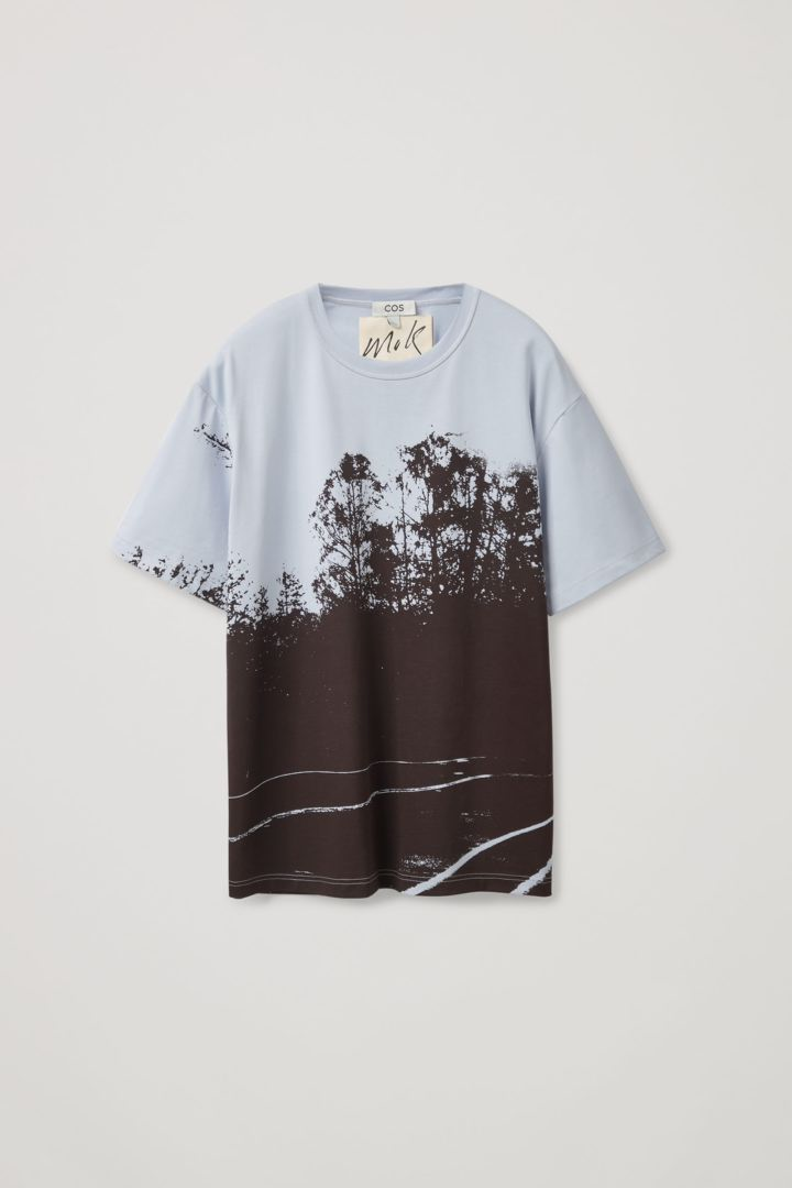 COS 포토 프린트 티셔츠의 라이트 블루컬러 Product입니다.