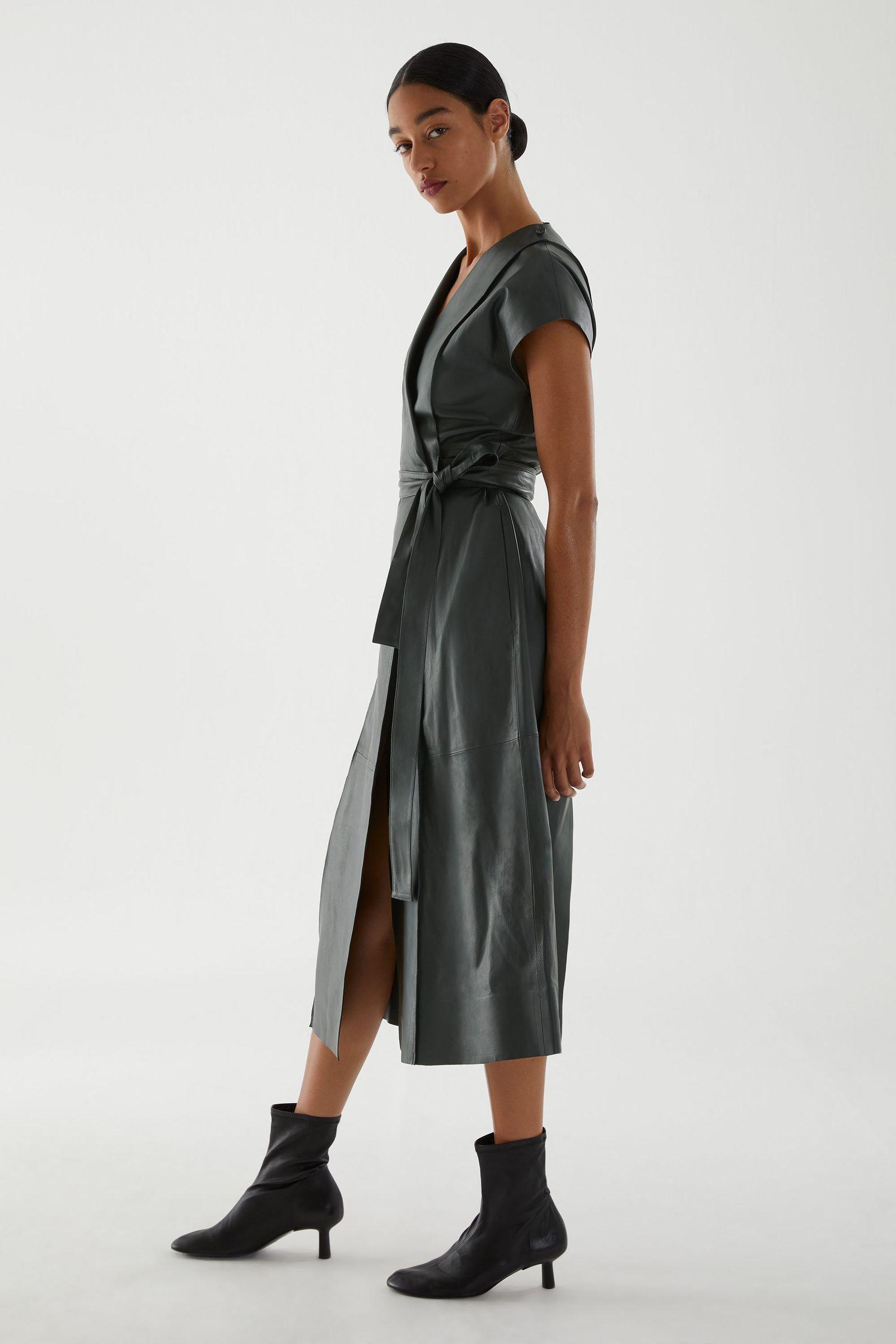 COS 벨티드 레더 드레스의 다크 그레이컬러 ECOMLook입니다.