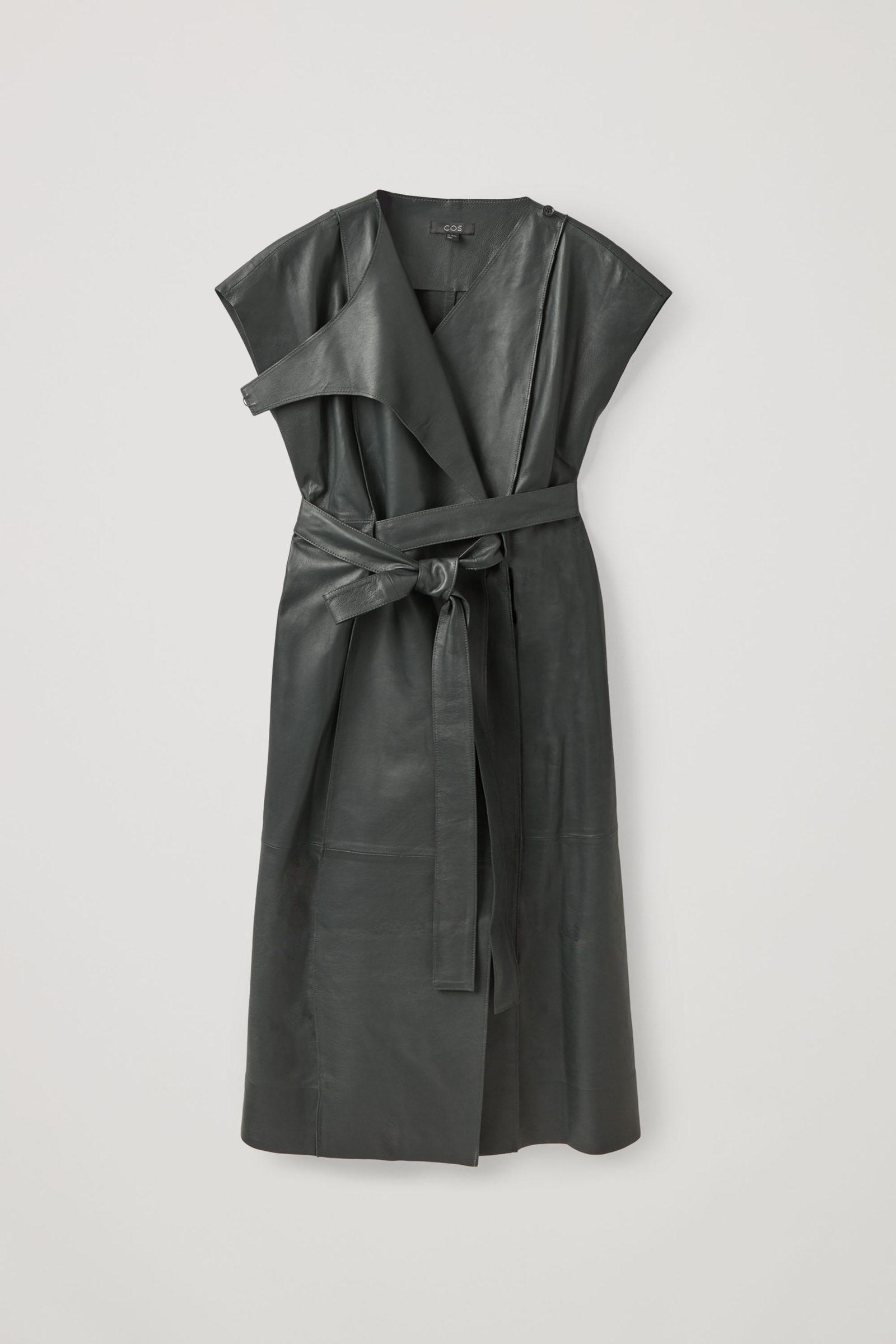 COS 벨티드 레더 드레스의 다크 그레이컬러 Product입니다.