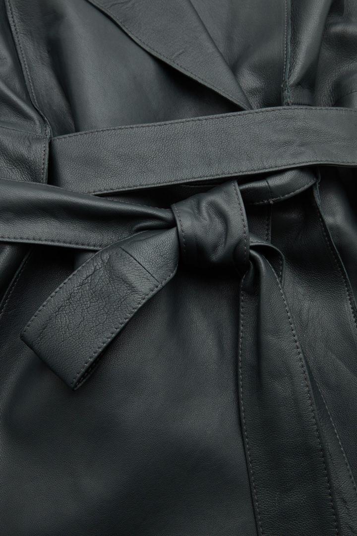 COS 벨티드 레더 드레스의 다크 그레이컬러 Detail입니다.