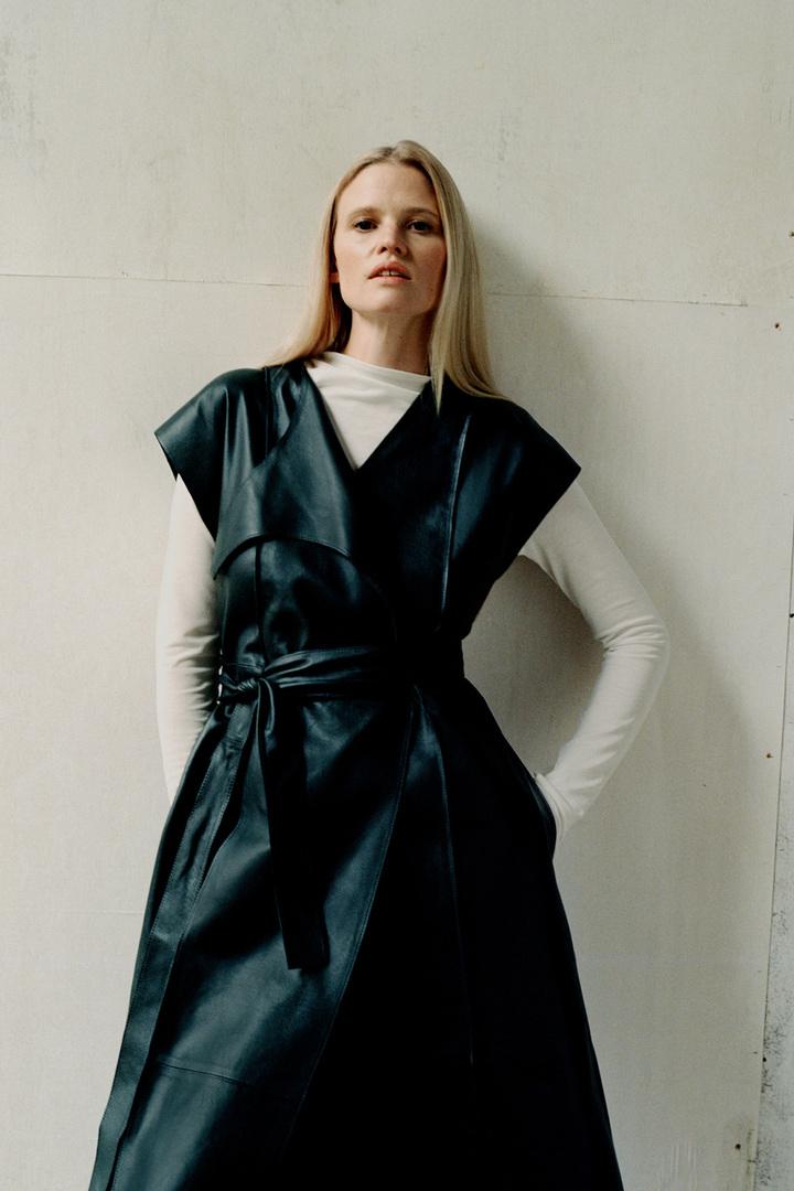 COS 벨티드 레더 드레스의 다크 그레이컬러 Environmental입니다.