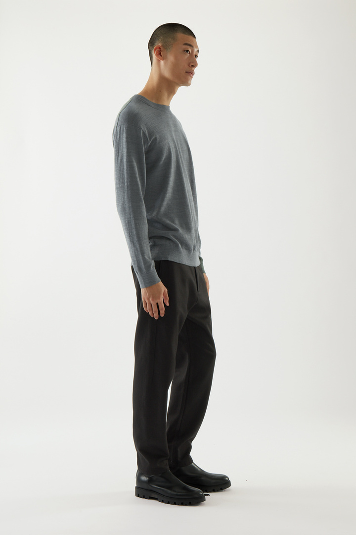 COS 릴랙스드 리넨 코튼 스웨터의 그린컬러 ECOMLook입니다.
