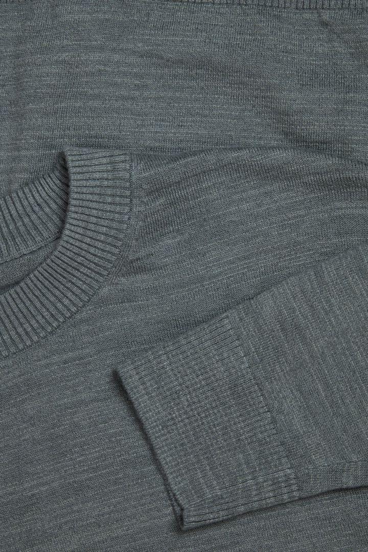 COS 릴랙스드 리넨 코튼 스웨터의 그린컬러 Detail입니다.