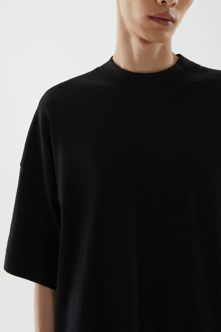 COS 오버사이즈 박시 코튼 티셔츠의 블랙컬러 ECOMLook입니다.