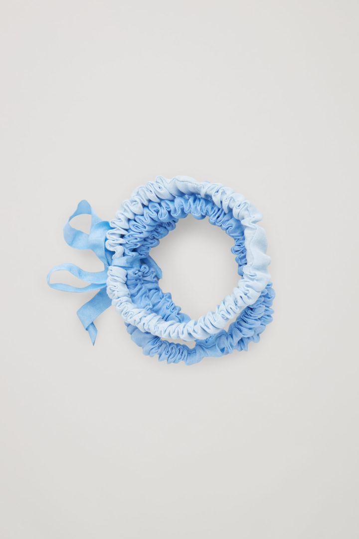 COS default image 1 of 블루 in 슬림 실크 헤어밴드