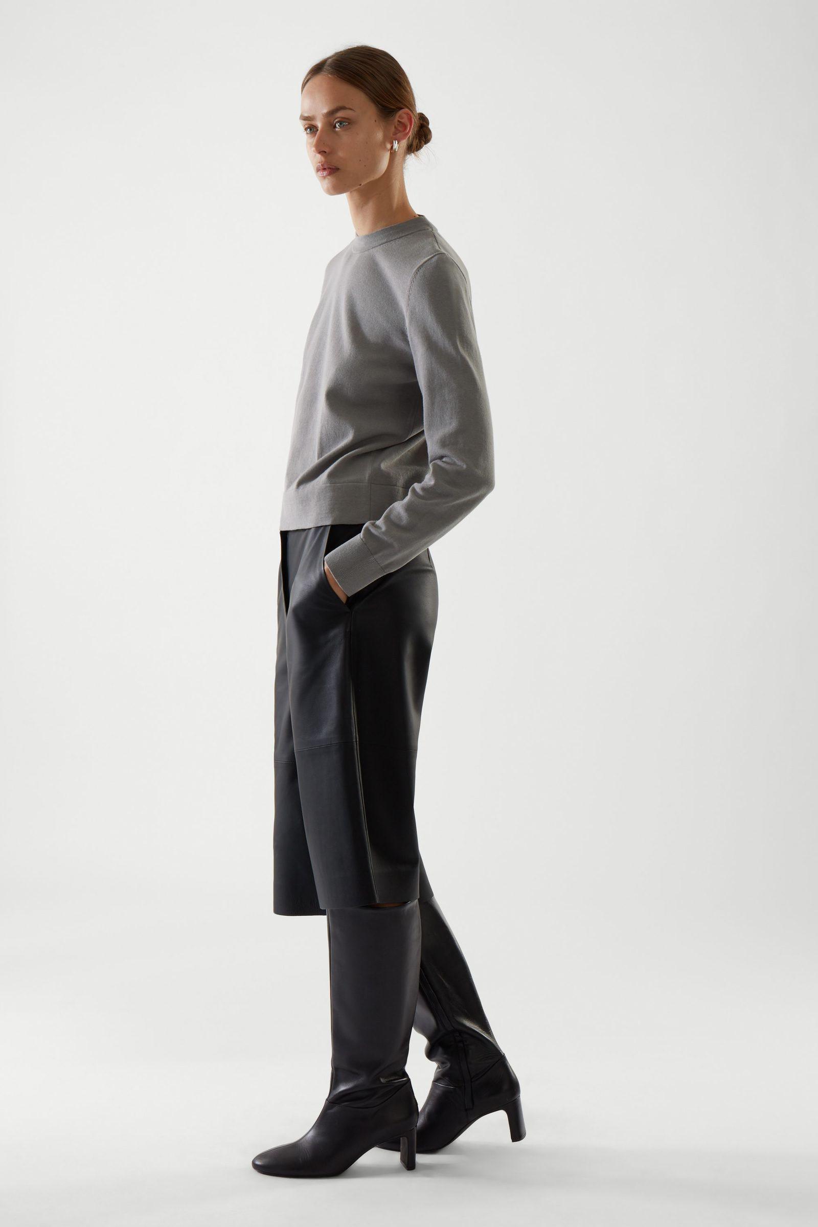 COS 레귤러 핏 스웨터의 스페이스 그레이컬러 ECOMLook입니다.