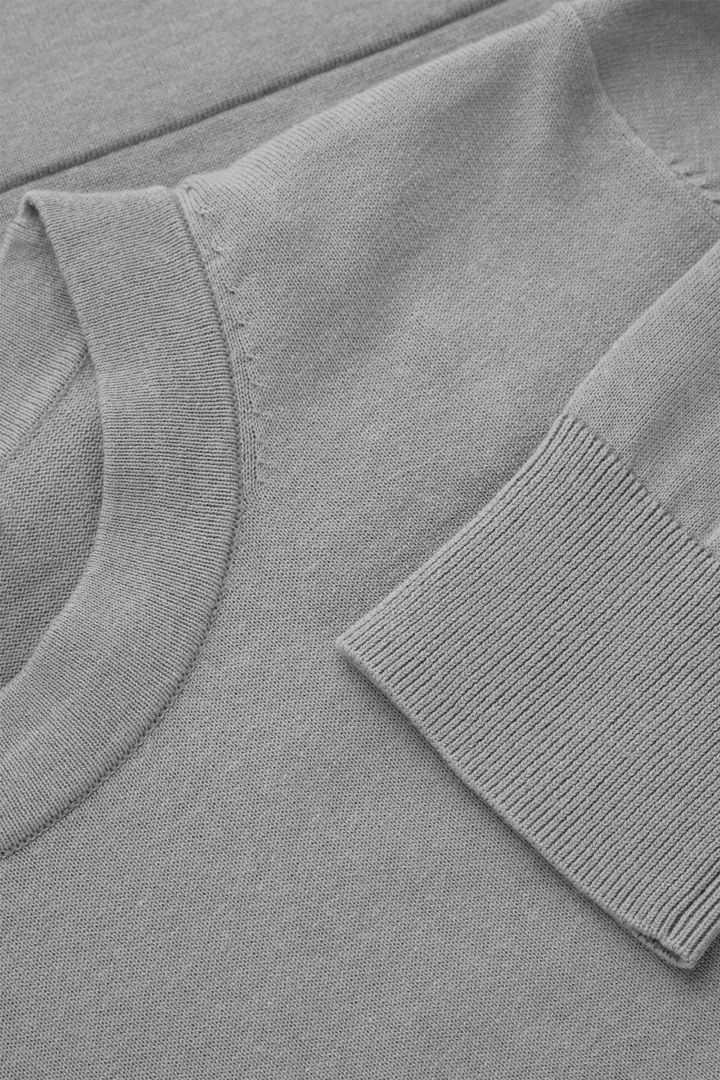 COS 레귤러 핏 스웨터의 스페이스 그레이컬러 Detail입니다.