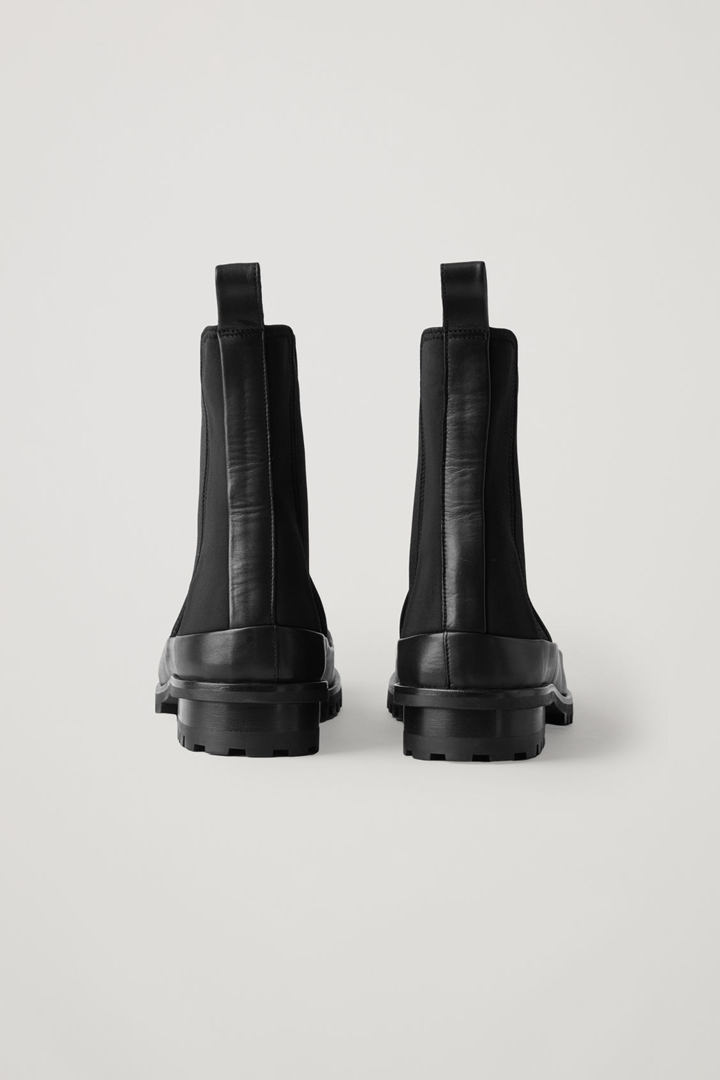 COS 스쿠버 첼시 부츠의 블랙컬러 Product입니다.