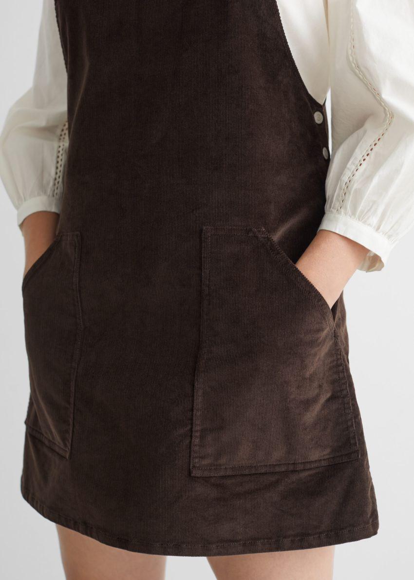 앤아더스토리즈 코듀로이 덩거리 미니 드레스의 다크 브라운컬러 ECOMLook입니다.