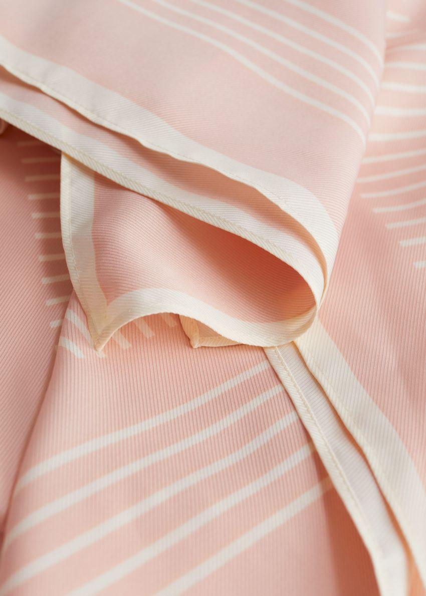 앤아더스토리즈 글로시 스트라이프 스카프의 핑크, 화이트컬러 Detail입니다.