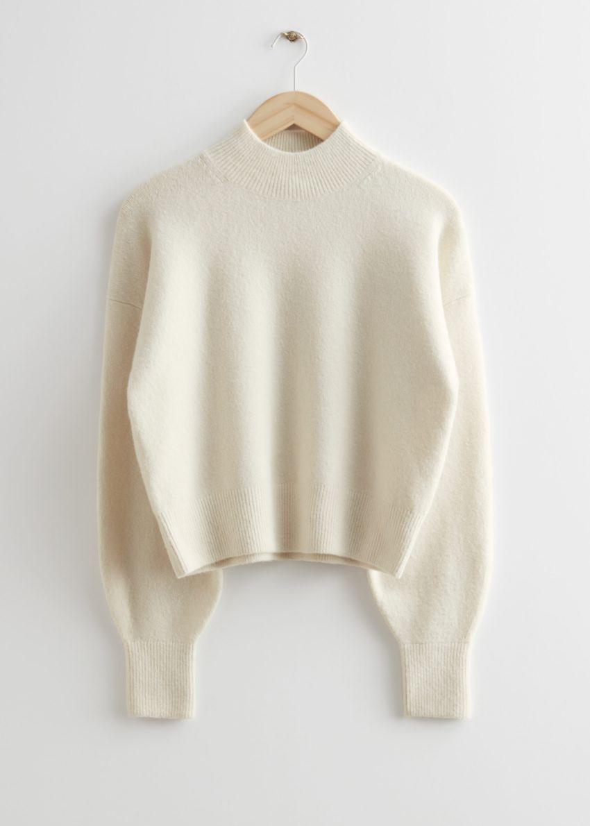 앤아더스토리즈 모크 넥 스웨터의 화이트컬러 Product입니다.