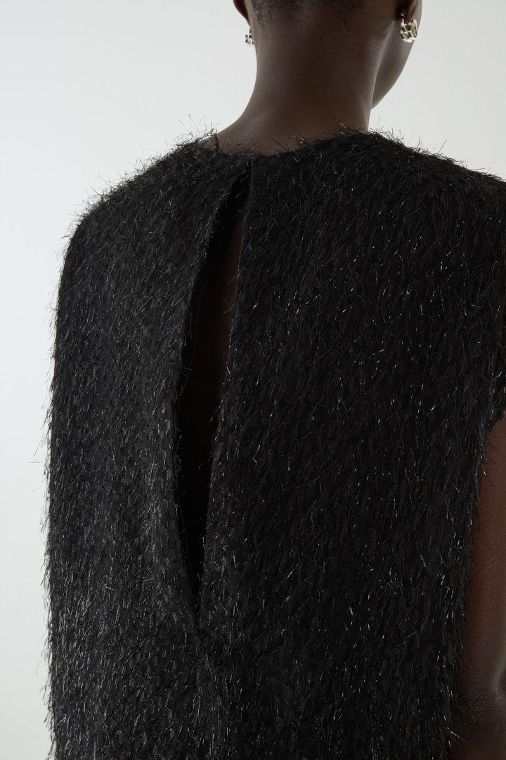 COS 릴랙스드 페더드 드레스의 블랙컬러 ECOMLook입니다.