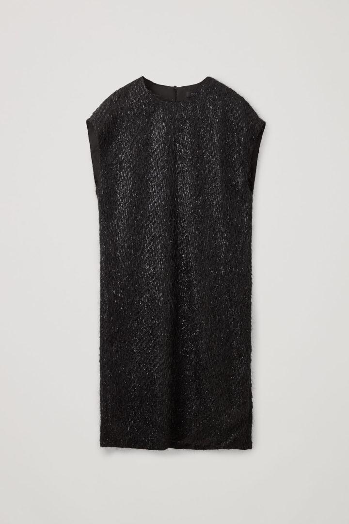 COS 릴랙스드 페더드 드레스의 블랙컬러 Product입니다.