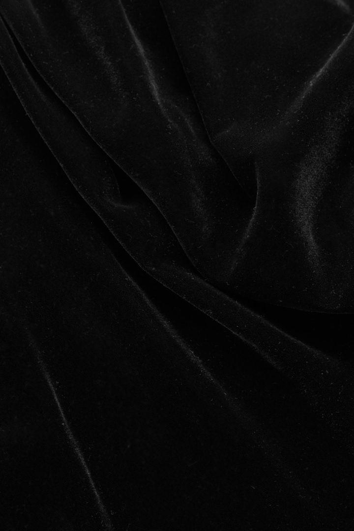 COS 벨벳 퍼프 슬리브 탑의 블랙컬러 Detail입니다.