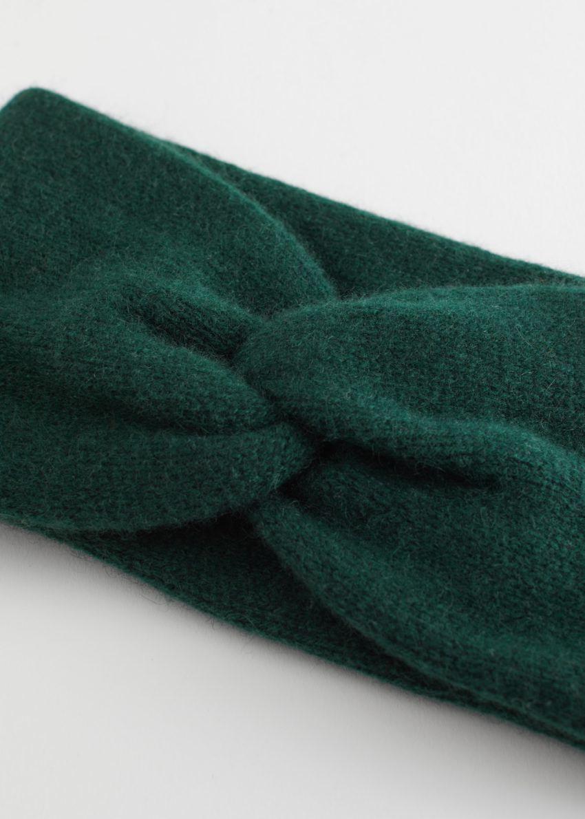 앤아더스토리즈 캐시미어 트위스트 매듭 헤어밴드의 다크 그린컬러 Product입니다.