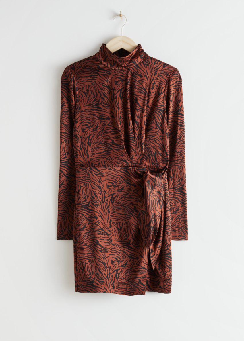 앤아더스토리즈 패디드 숄더 사이드 타이 미니 드레스의 레드 지브라컬러 Product입니다.