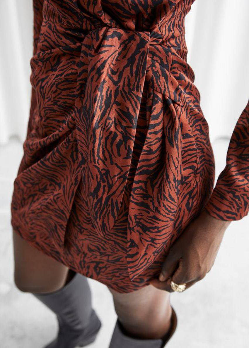 앤아더스토리즈 패디드 숄더 사이드 타이 미니 드레스의 레드 지브라컬러 ECOMLook입니다.