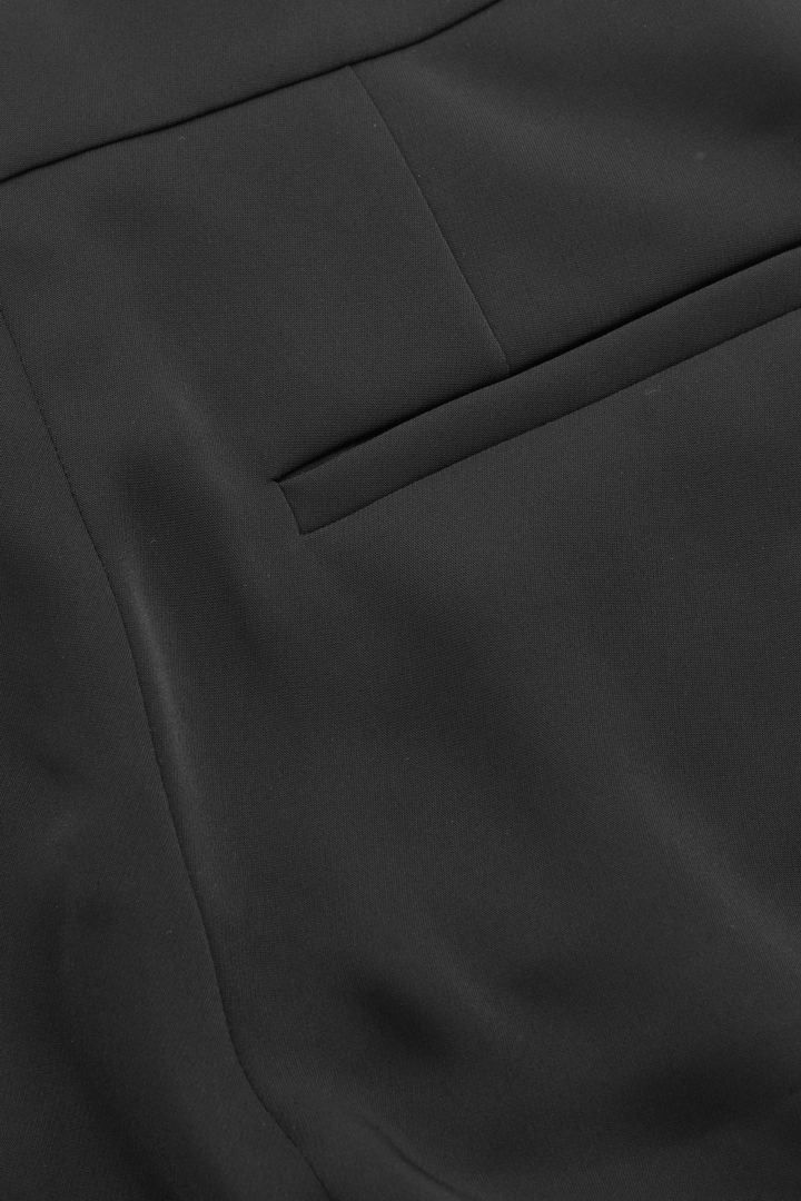 COS 스트레이트 우븐 트라우저의 블랙컬러 Detail입니다.