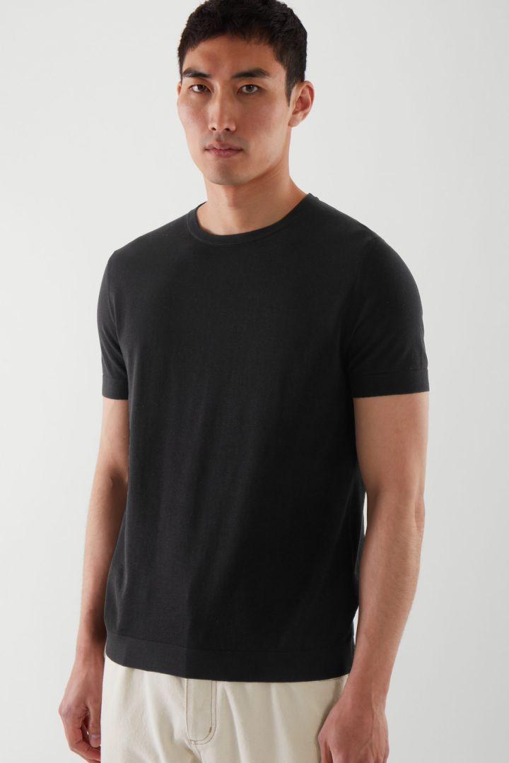 COS default image 1 of 블랙 in 슬림 핏 니티드 티셔츠