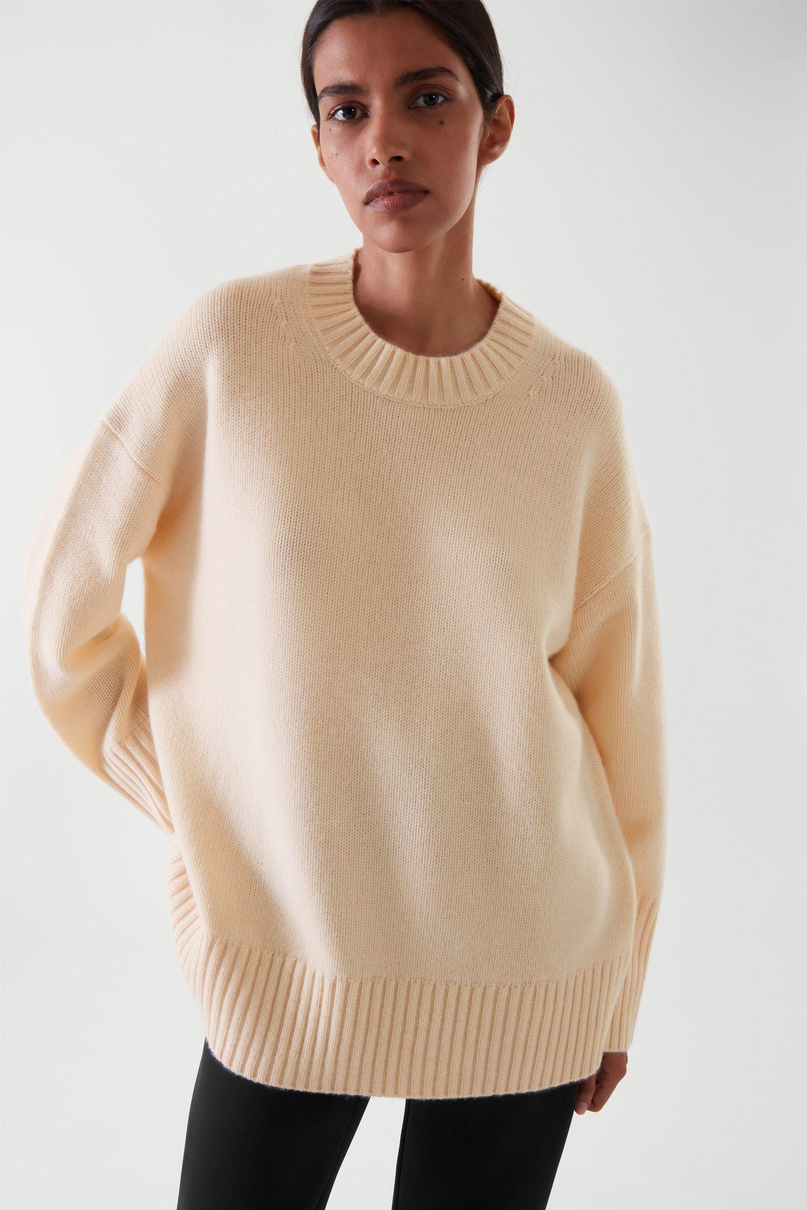 COS 오버사이즈 캐시미어 스웨터의 더스티 라이트 피치컬러 ECOMLook입니다.