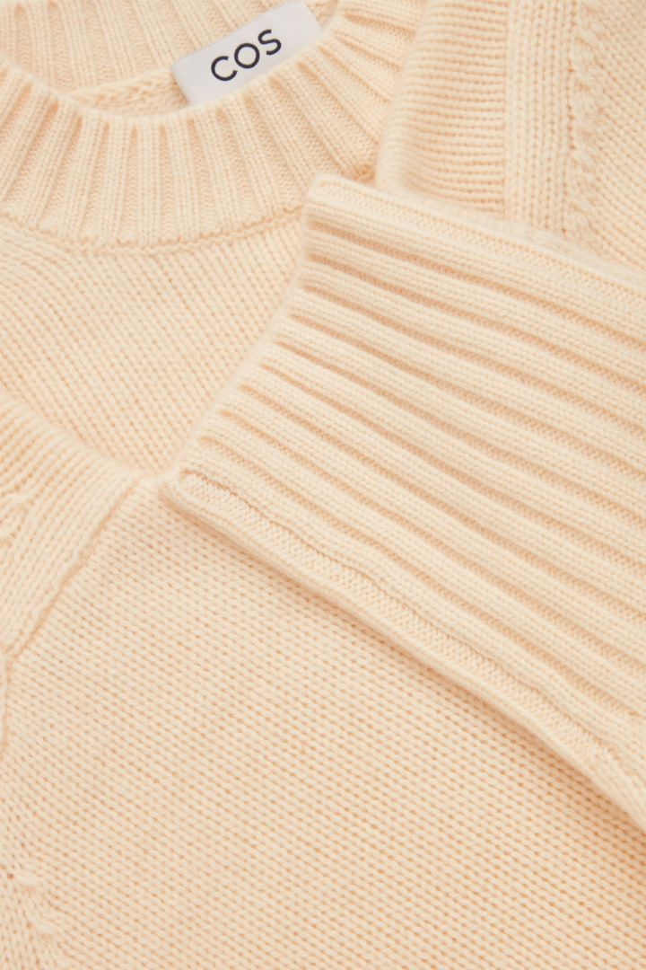 COS 오버사이즈 캐시미어 스웨터의 더스티 라이트 피치컬러 Detail입니다.