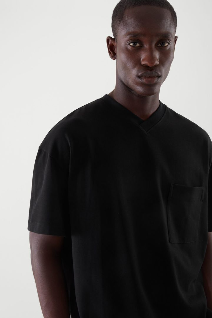COS 오버사이즈 브이넥 티셔츠의 블랙컬러 ECOMLook입니다.