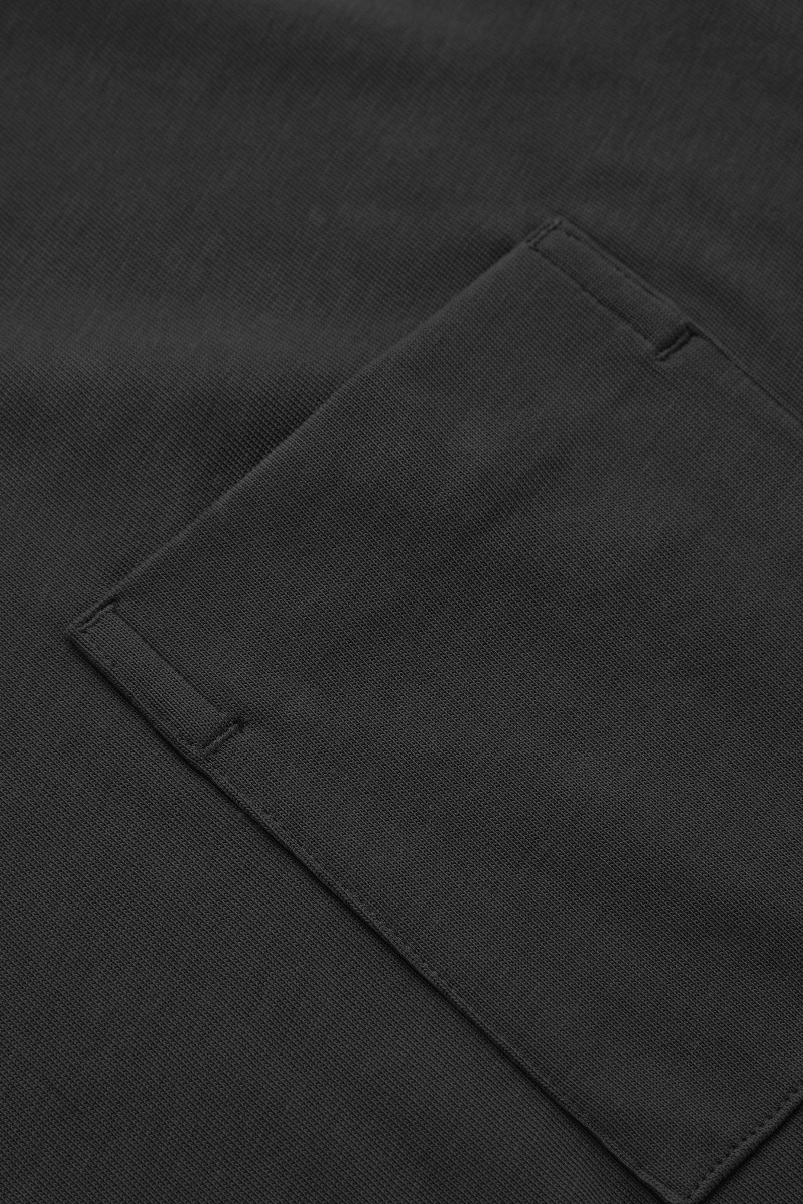 COS 오버사이즈 브이넥 티셔츠의 블랙컬러 Detail입니다.
