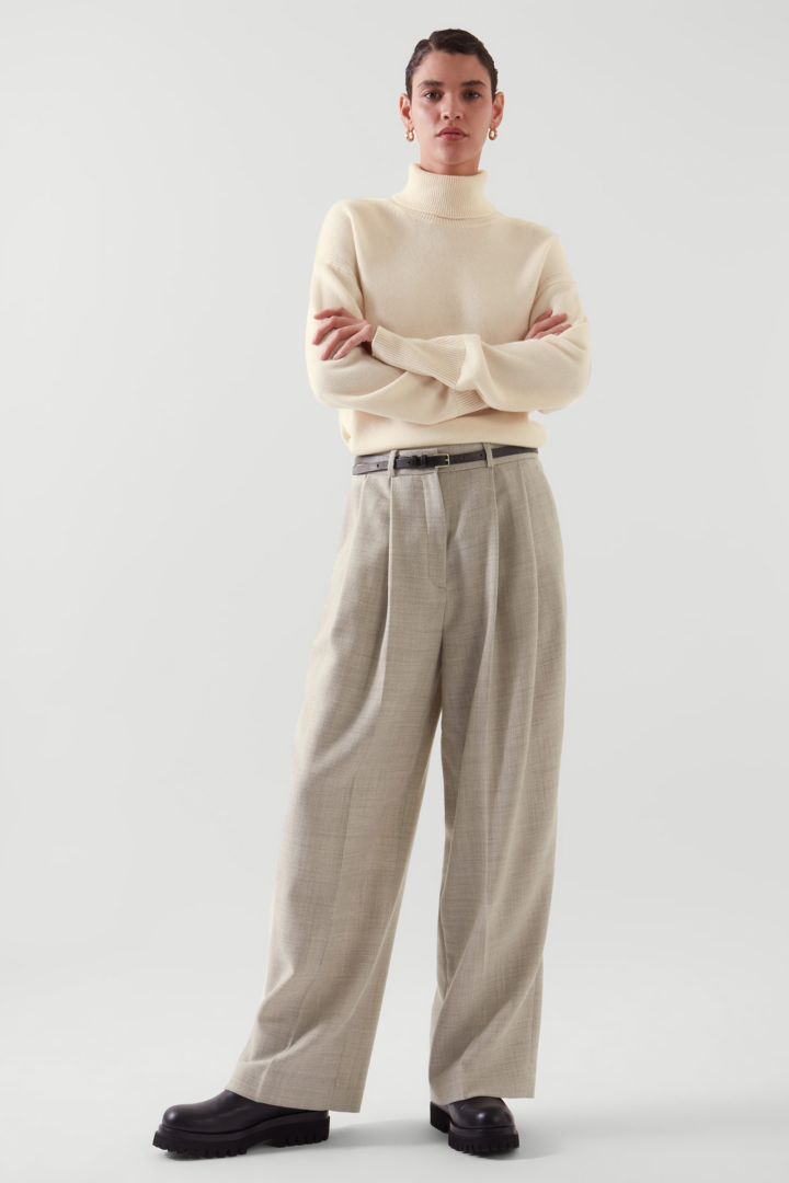 COS default image 2 of 베이지 in 롤넥 캐시미어 스웨터
