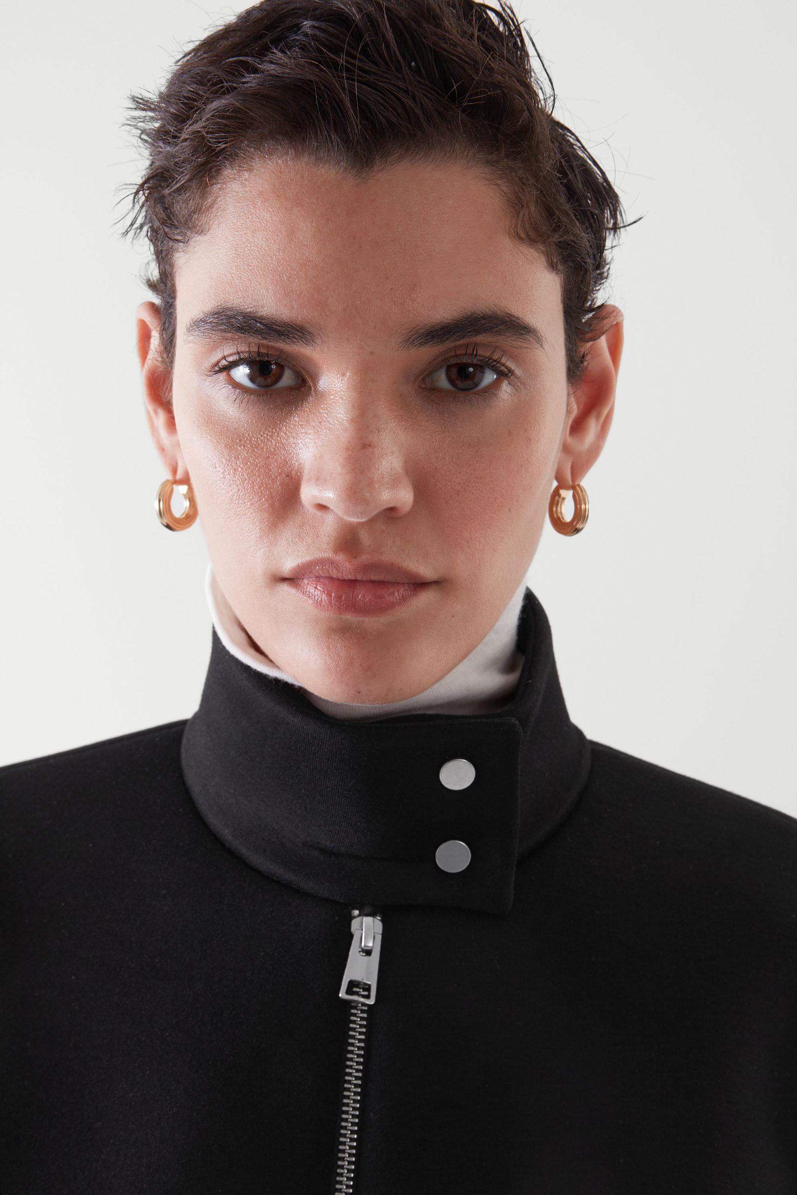 COS 박시 재킷의 블랙컬러 ECOMLook입니다.