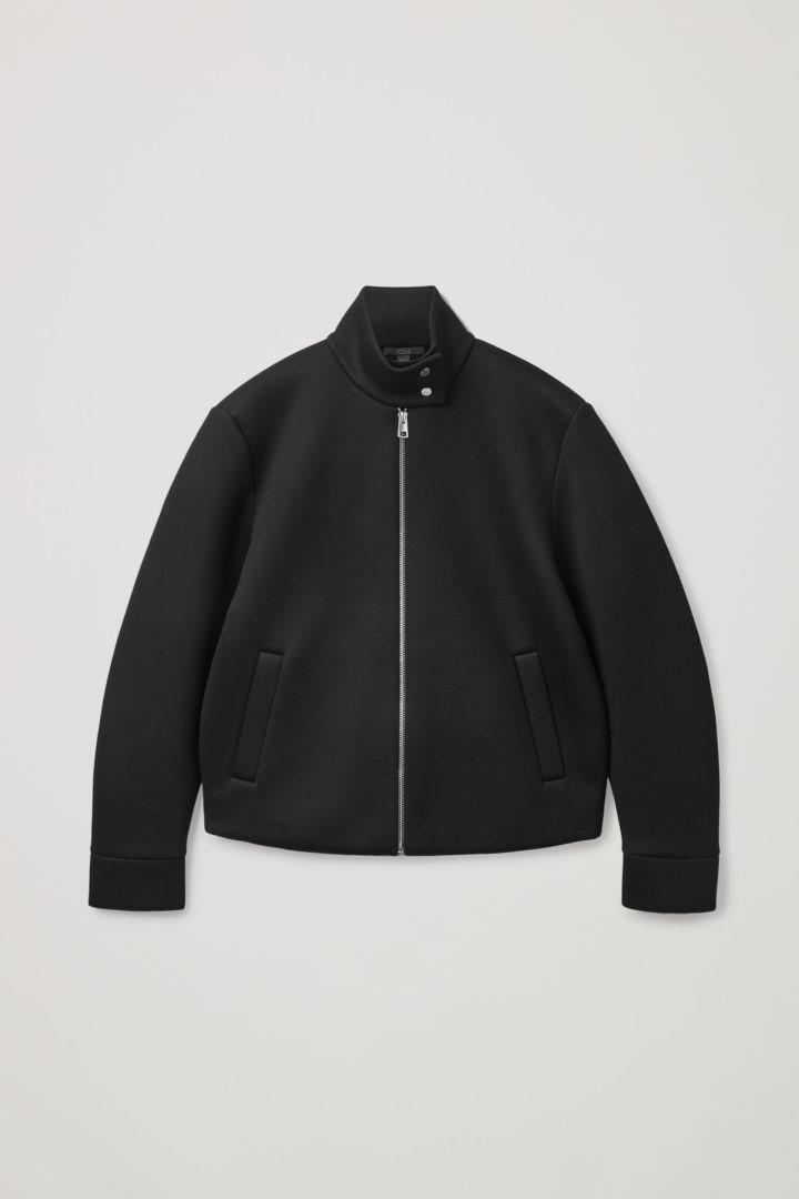 COS 박시 재킷의 블랙컬러 Product입니다.