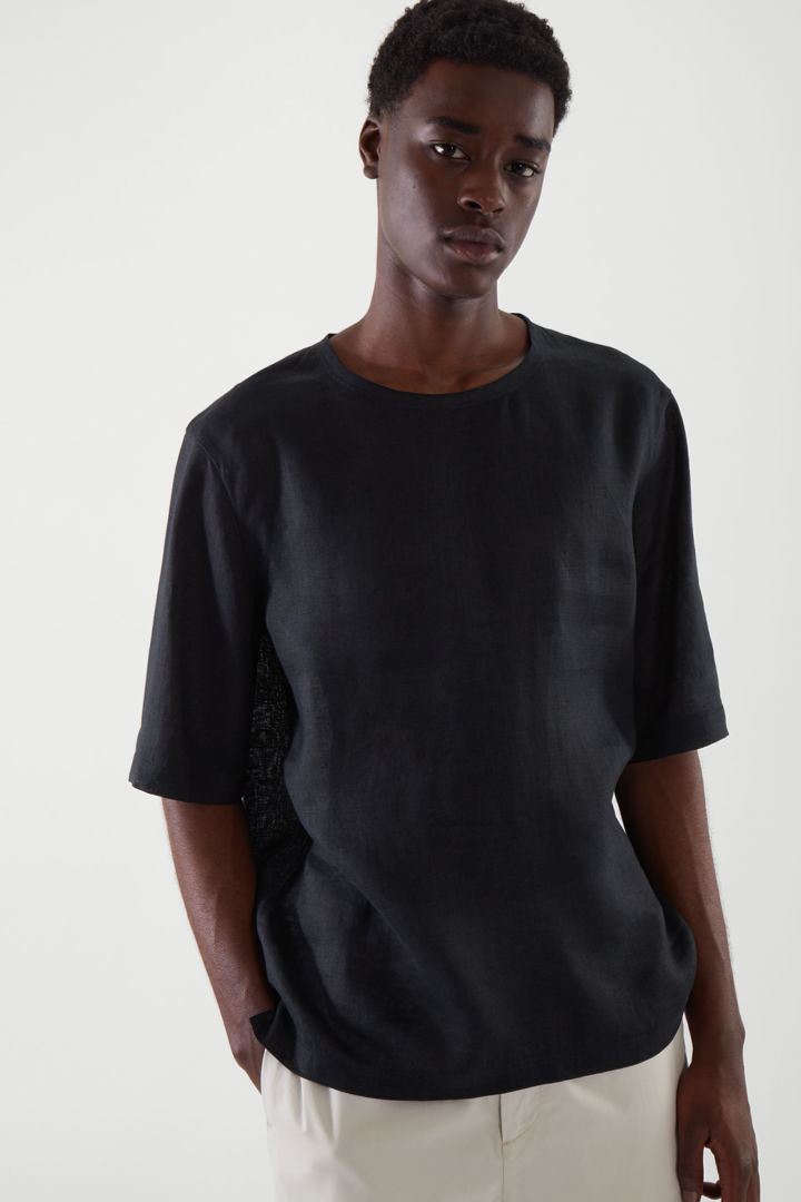 COS 오버사이즈 리넨 티셔츠의 블랙컬러 ECOMLook입니다.