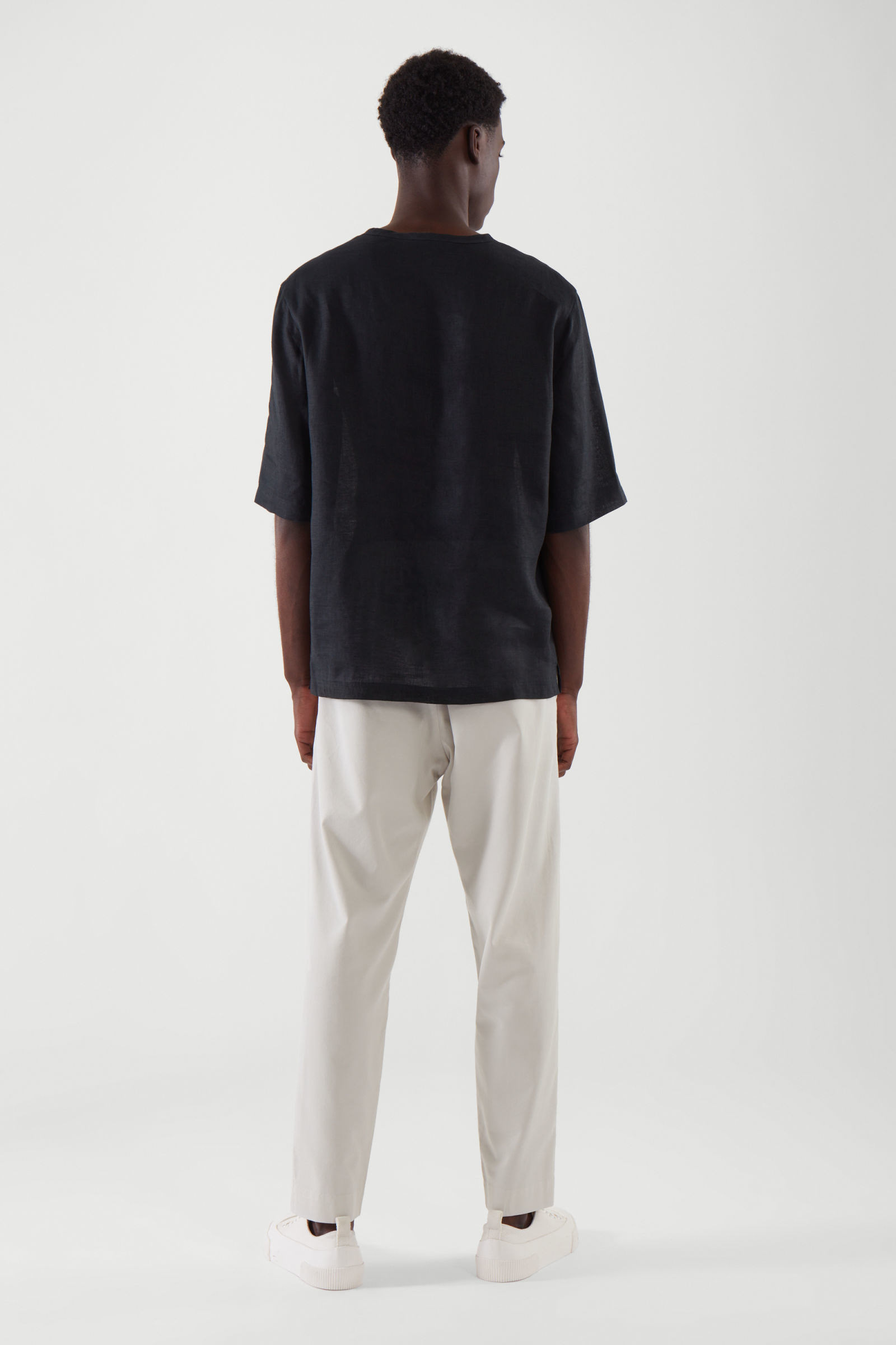 COS 릴랙스드 핏 헴프 티셔츠의 블랙컬러 ECOMLook입니다.
