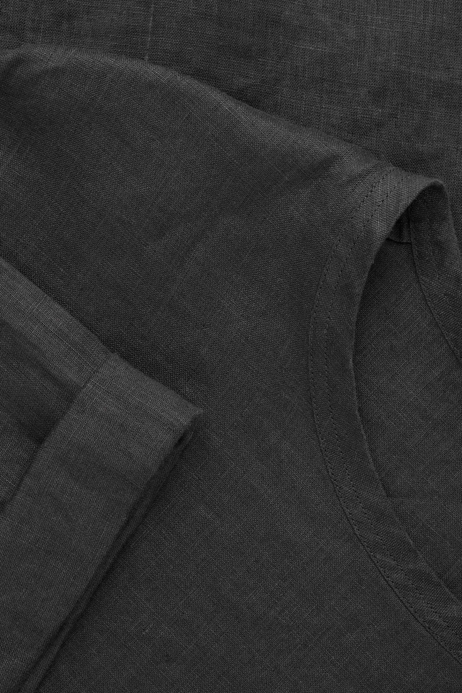 COS 오버사이즈 리넨 티셔츠의 블랙컬러 Product입니다.