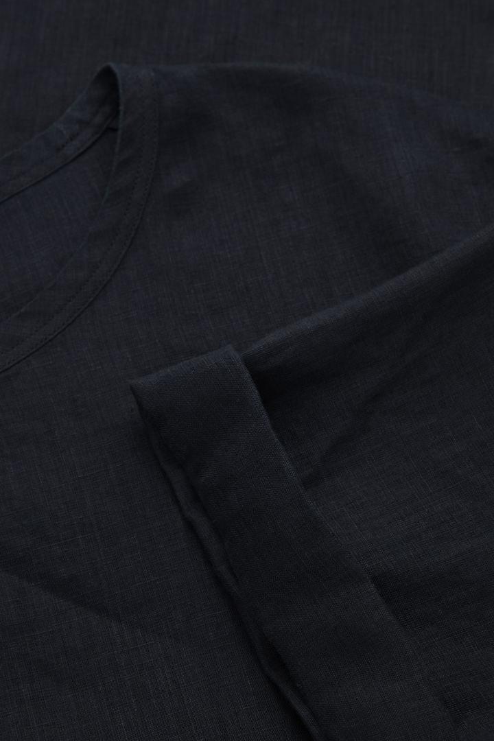 COS 릴랙스드 핏 헴프 티셔츠의 블랙컬러 Detail입니다.