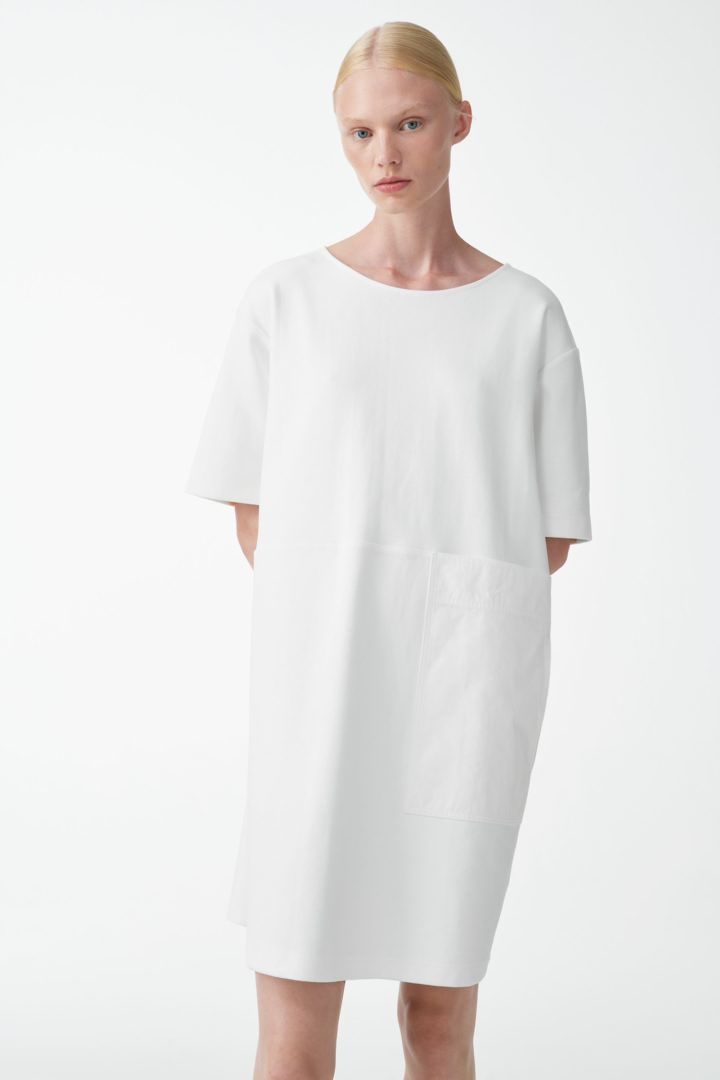 COS 포켓 디테일 코튼 드레스의 화이트컬러 ECOMLook입니다.