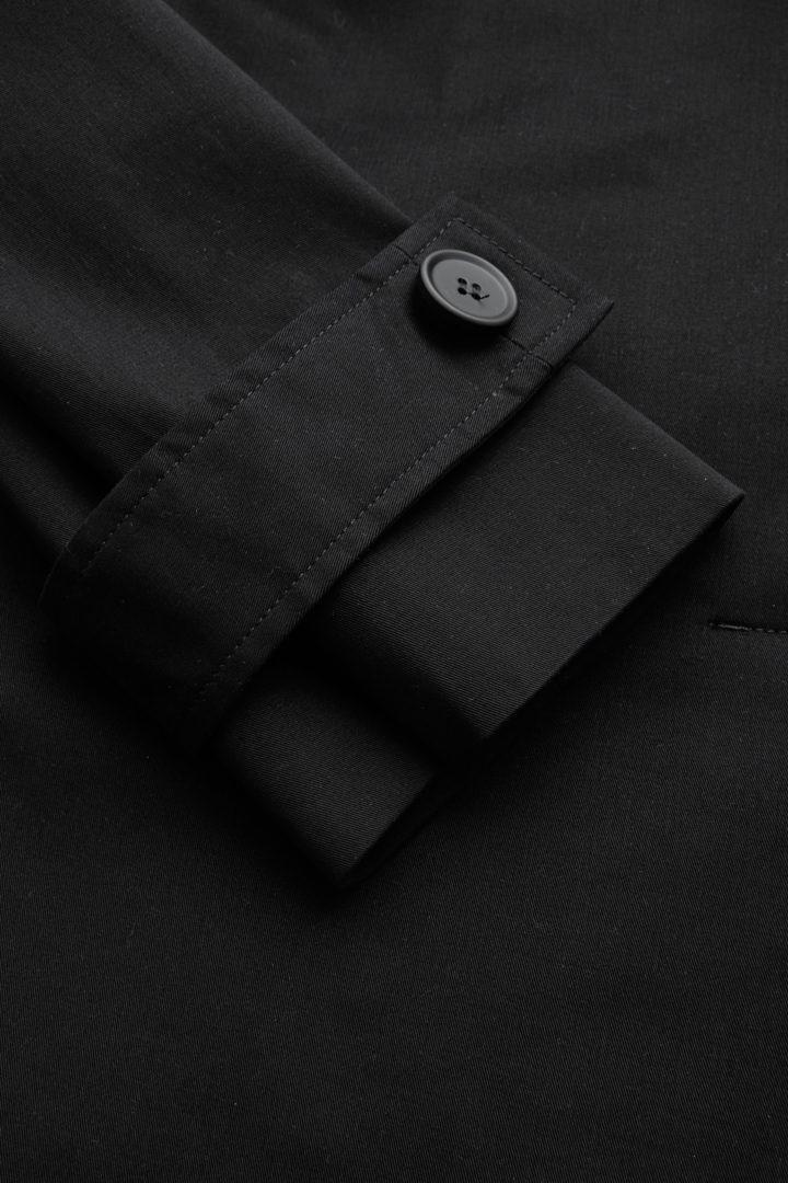 COS 오가닉 코튼 오버사이즈 트렌치 코트의 블랙컬러 Detail입니다.